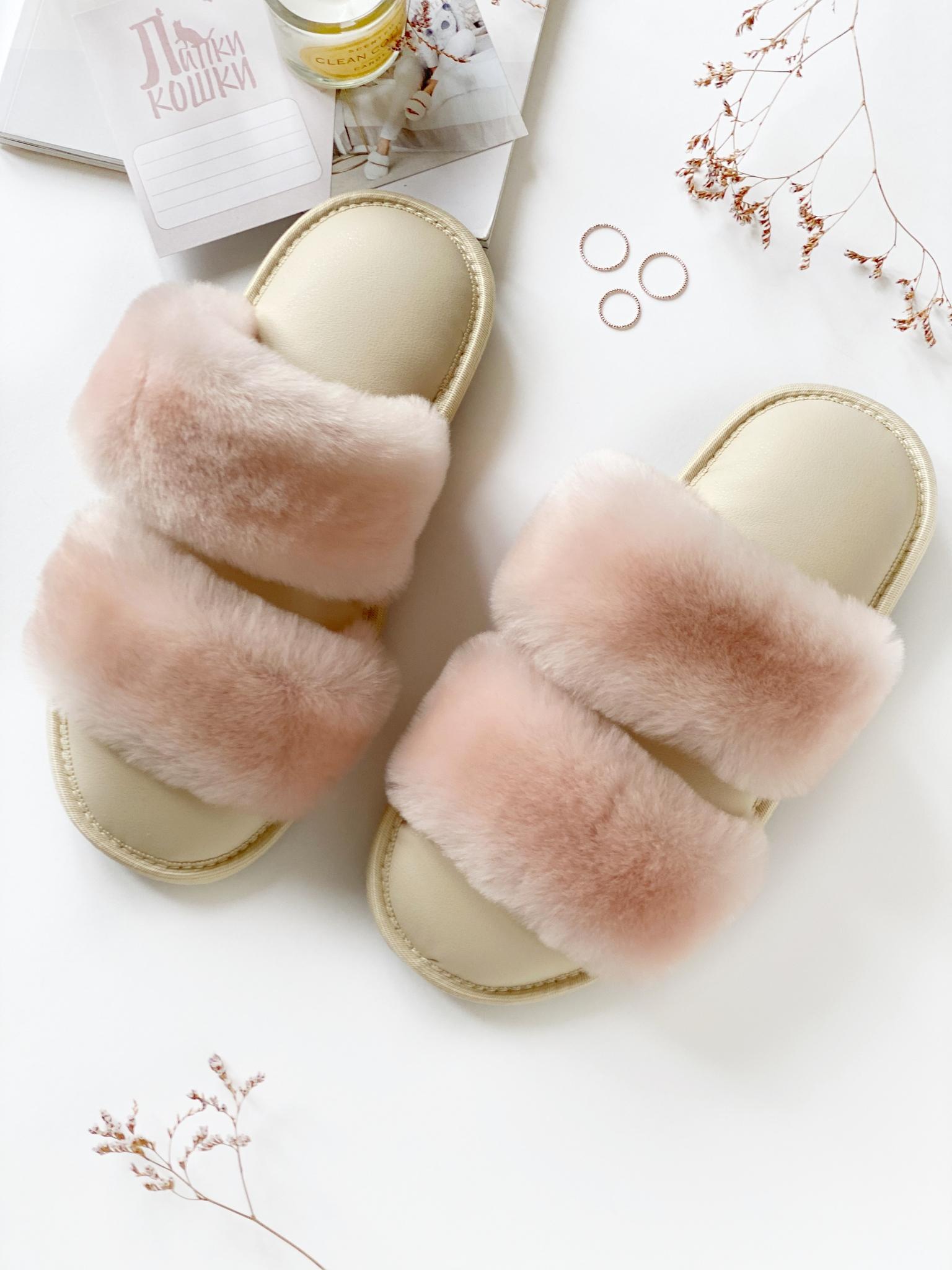 Меховые тапочки розовые с параллельными шлейками и стелькой из экокожи бежевой