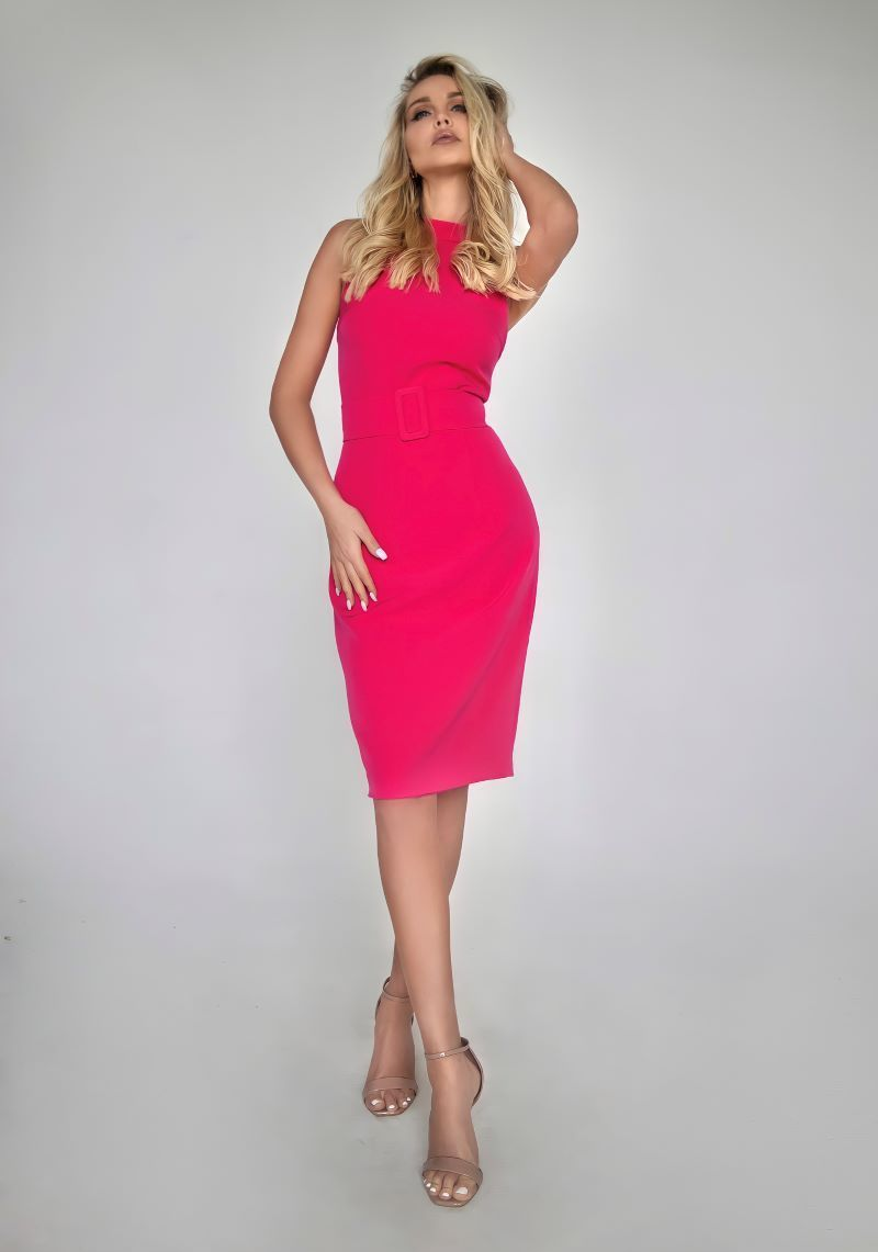 Платье-футляр цвета фуксии со шлицей