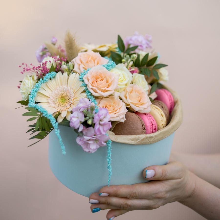 Композиция из цветов с макарони