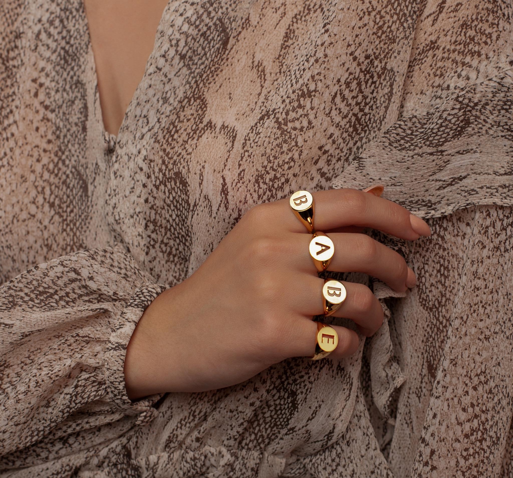 Стильное кольцо-печатка в позолоте с буквой