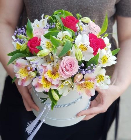 Коробка белая с микс цветами 13