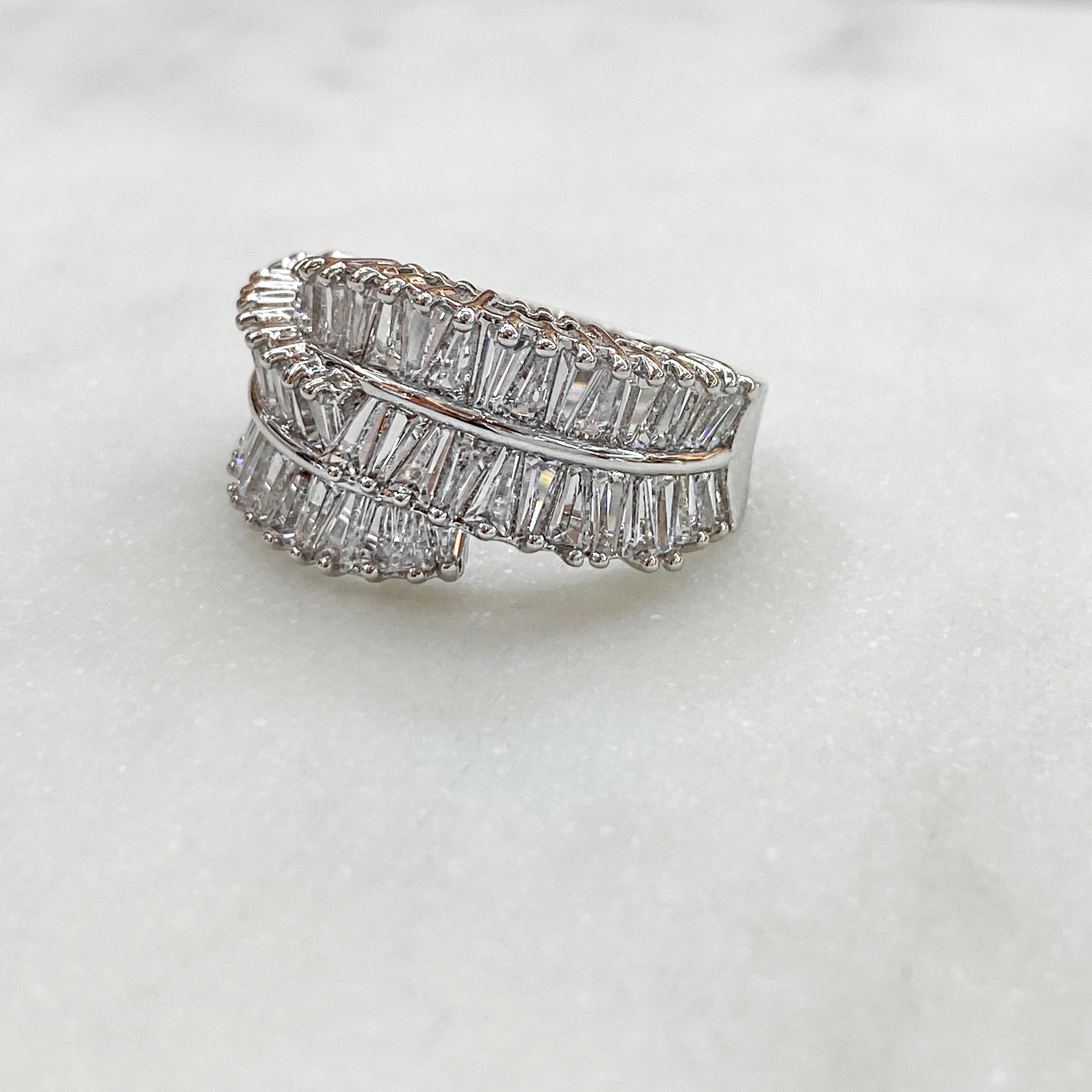 Кольцо с трапецевидными цирконами серебр (юв.сплав)