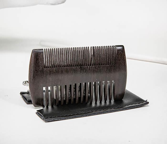 CARE157-1 Гребень для бороды из дерева в кожаном чехле фото 04