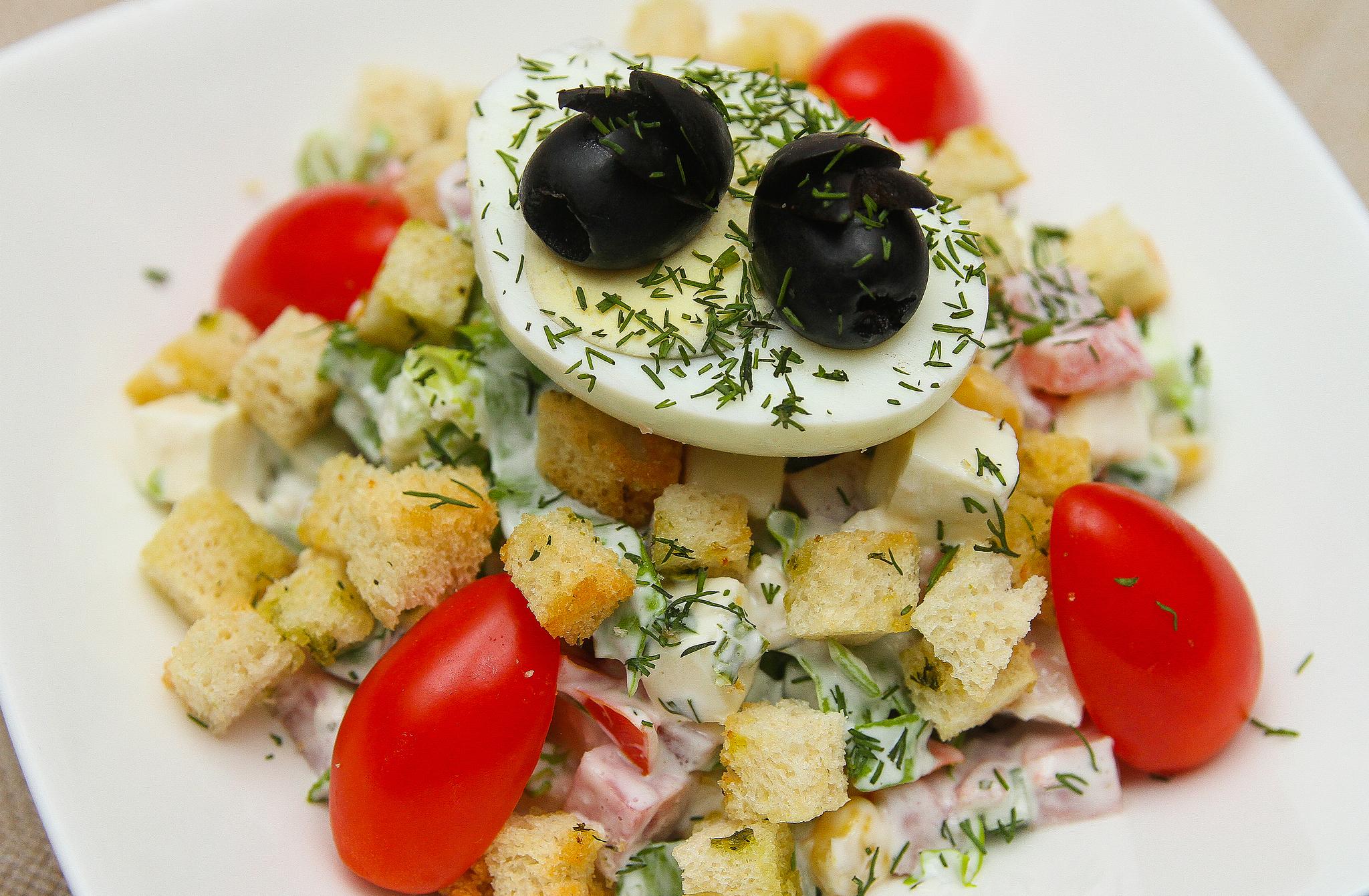 Салат с домашней брынзой и ветчиной.