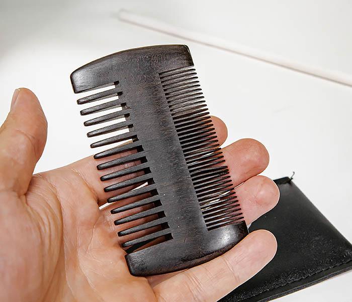 CARE157-1 Гребень для бороды из дерева в кожаном чехле фото 05