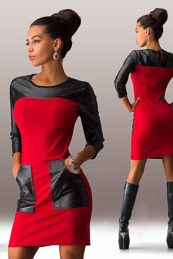 Короткое трикотажное платье с карманами, красное