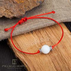 Браслет Красная нить с белым нефритом и серебряными вставками