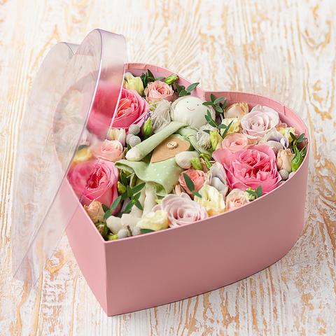 Коробочка в форме сердца с тряпичной куколкой и цветами (28х27см)