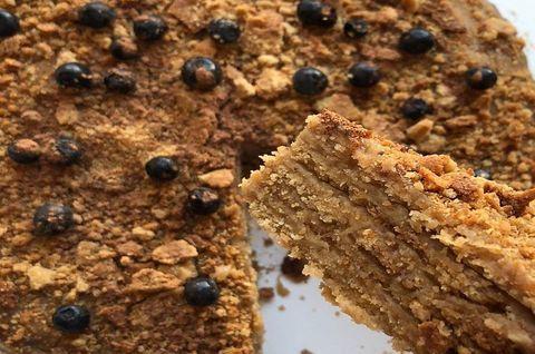 Порезанный на куски безглютеновый торт «Наполеон»