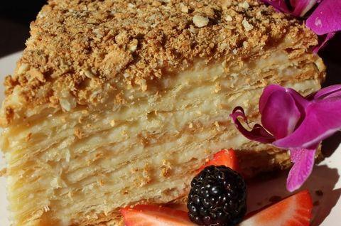Торт «Наполеон» без глютена, украшенный вишней