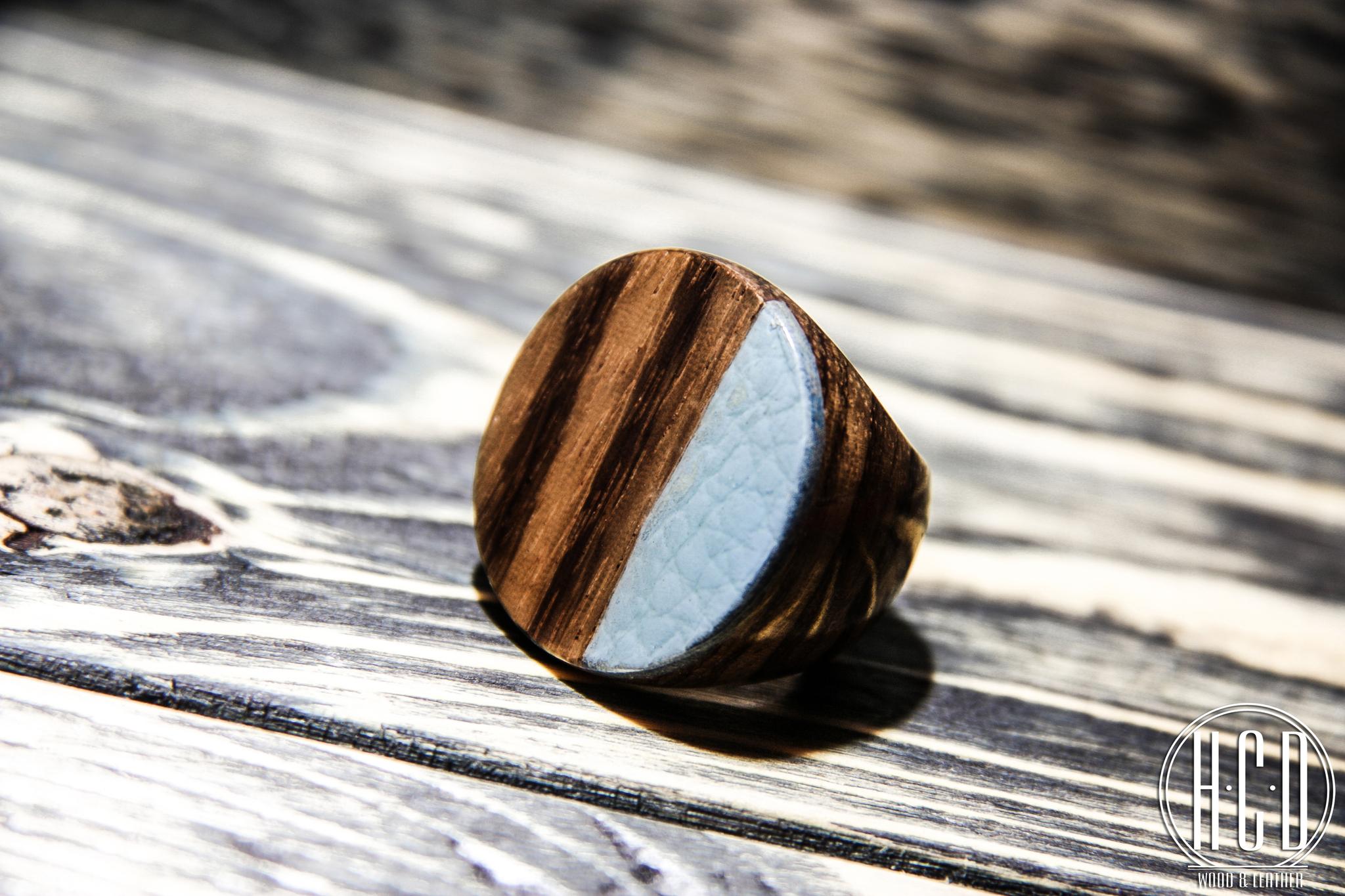 Деревянное кольцо круглое с кожаной вставкой