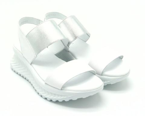 Белые кожаные сандалии на светлой горке с серебряной резинкой на подъеме