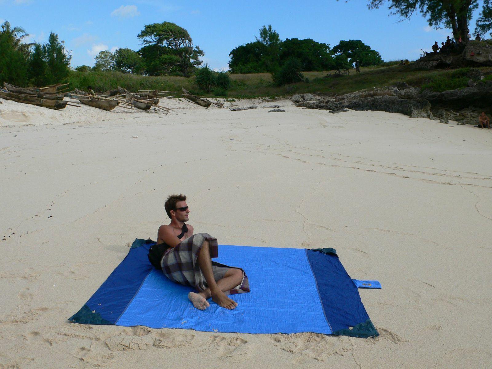 Отдыхаю на море. У меня лучшее пляжное покрывало.