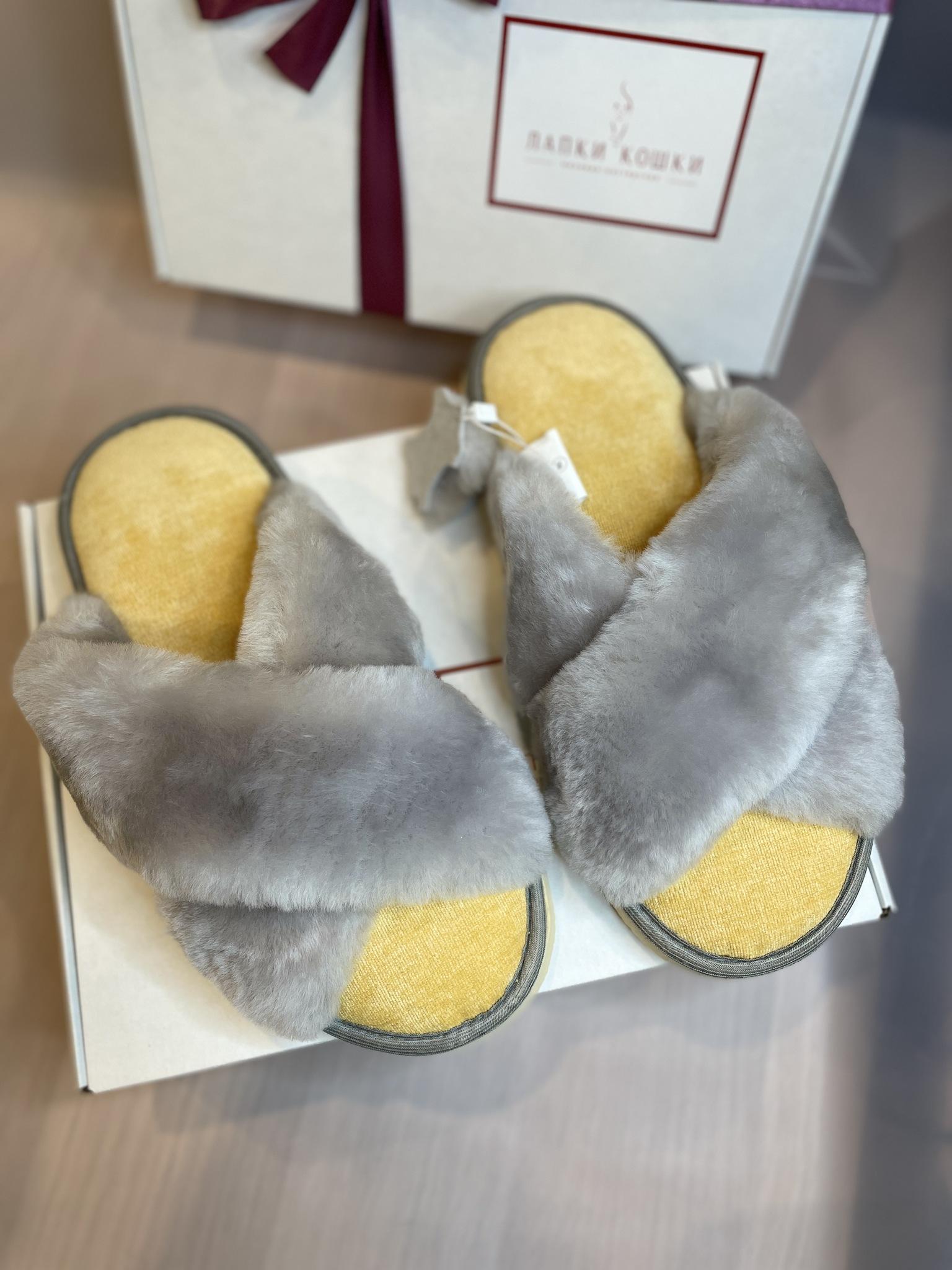 Меховые тапочки дымчатые с перекрестными шлейками и текстильной стелькой желтой