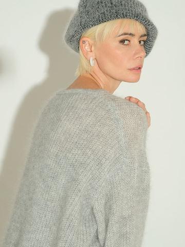 Женский джемпер серого цвета из мохера и шерсти - фото 7