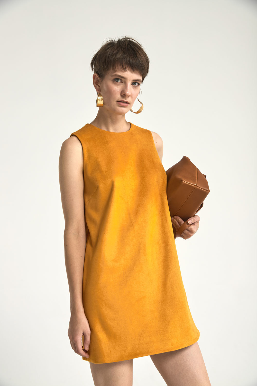 Платье-футляр мини из искусственной замши, охра