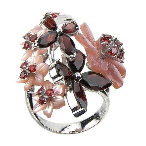 Кольцо с цветами из розового перламутра и вставками из граната