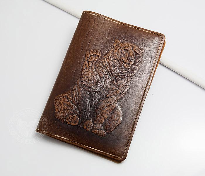 BY14-32-06 Оригинальная кожаная обложка на паспорт «Медведь» фото 02