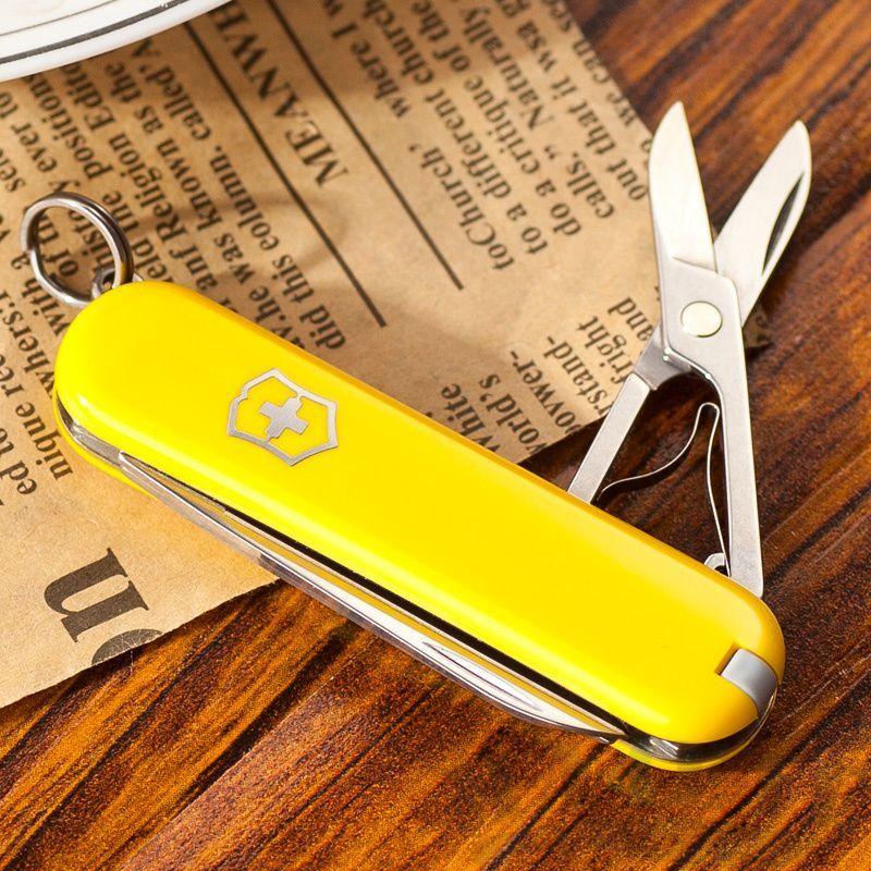 Нож-брелок Victorinox Classic Yellow (0.6223.8) 7 функций, 58 мм. в сложенном виде, цвет жёлтый | Wenger-Victorinox.Ru