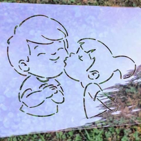 Трафарет Девочка целует мальчика