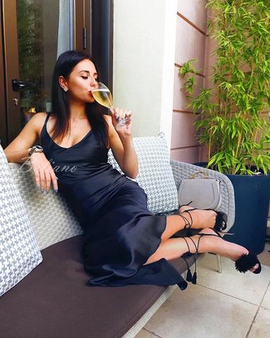 Длинное платье-комбинация темно-черно-синего цвета из натурального шелка.