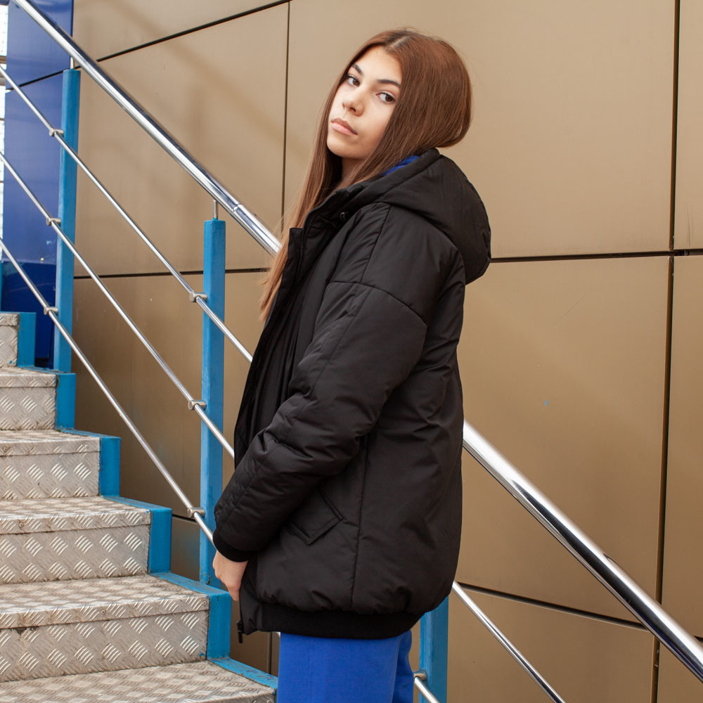 Демісезонний бомбер чорного кольору з водовідштовхувальної плащової тканини на дівчинку
