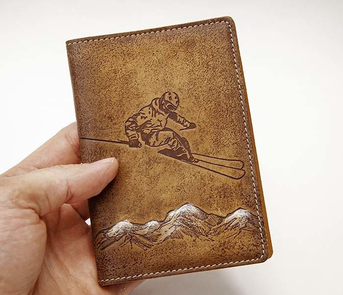 BY14-38-10 Кожаная обложка для паспорта «Лыжник» фото 03