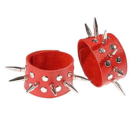 Красные кожаные напульсники с шипами и заклепками