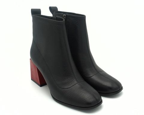 Черные кожаные ботильоны на высоком каблуке.