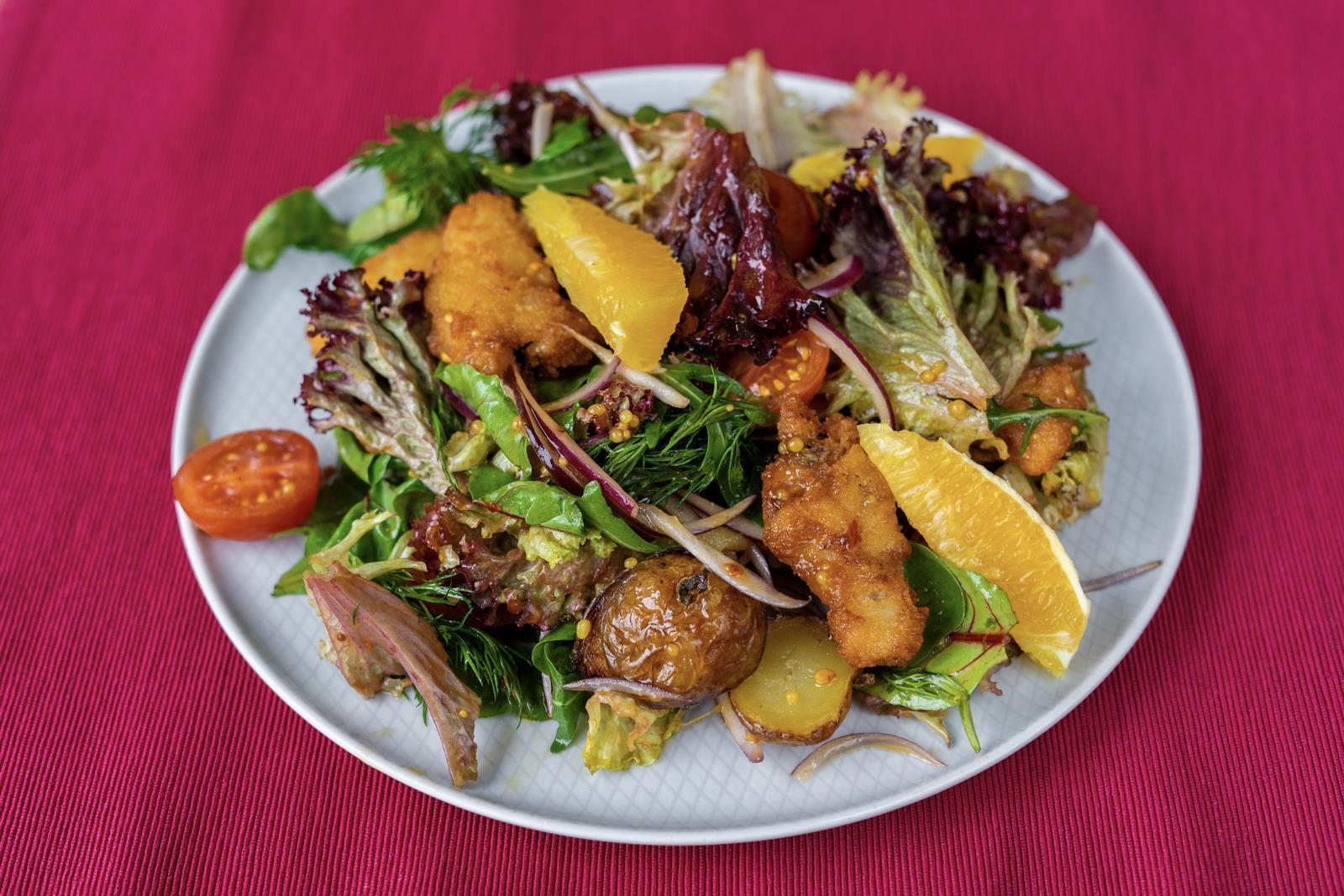 Теплый салат с треской и апельсином
