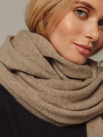 Женский шарф песочного цвета из 100% кашемира - фото 3