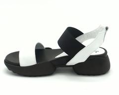 Белые кожаные сандалии в спортивном стиле на черной объемной подошве