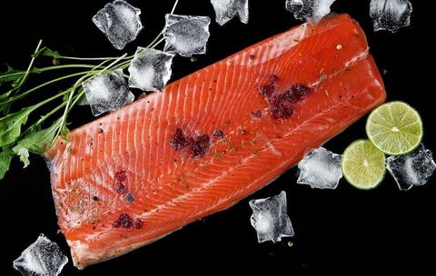 Филе форели слабой соли с брусникой и розмарином с фермы, Ладожское озеро