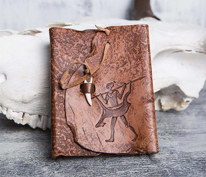 BY01-04-04 Кожаный блокнот «Возвращайся с добычей» с застежкой - клыком (А6)