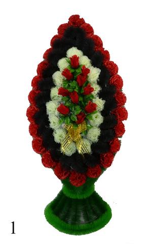 Венок украшенный цветами роз и гвоздик
