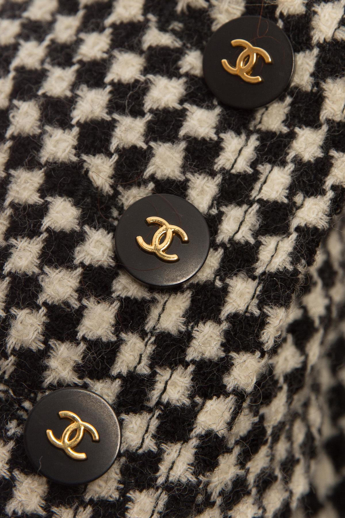 Красивый твидовый жакет в черно-белой цветовой гамме от Chanel, 36 размер