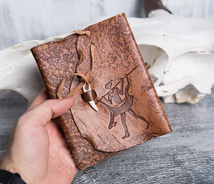 BY01-04-04 Кожаный блокнот «Возвращайся с добычей» с застежкой - клыком (А6) фото 04