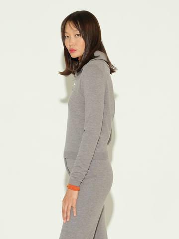 Женский джемпер серого цвета из шерсти и шелка - фото 4