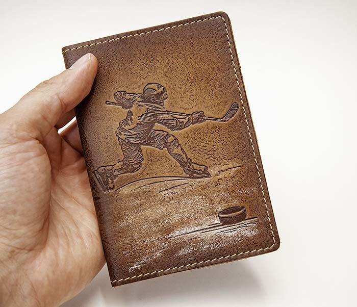 BY14-38-03 Обложка для паспорта «Хоккей» из натуральной кожи фото 03