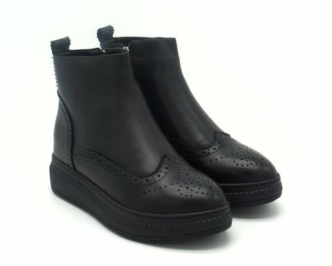 Черные кожаные ботинки на меху с декоративной отстрочкой