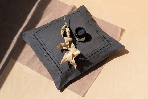 Льняной чехол для декоративной подушки с мережкой графит