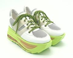 Кроссовки комбинированные на яркой платформе