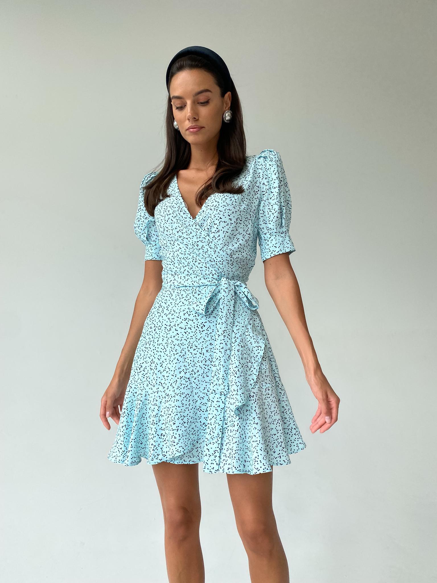 Платье мини на запах с коротким рукавом (горох на светло-голубом)