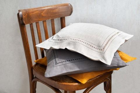 Льняной чехол для декоративной подушки с мережкой натуральный серый