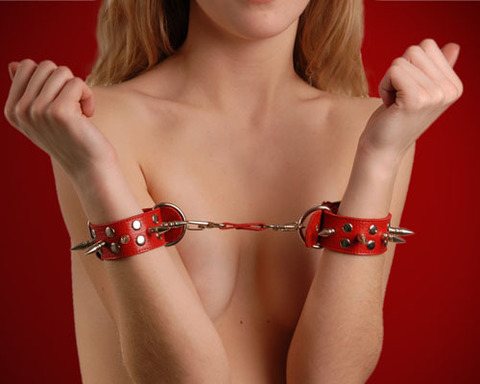 Красные кожаные наручники с шипами и заклепками