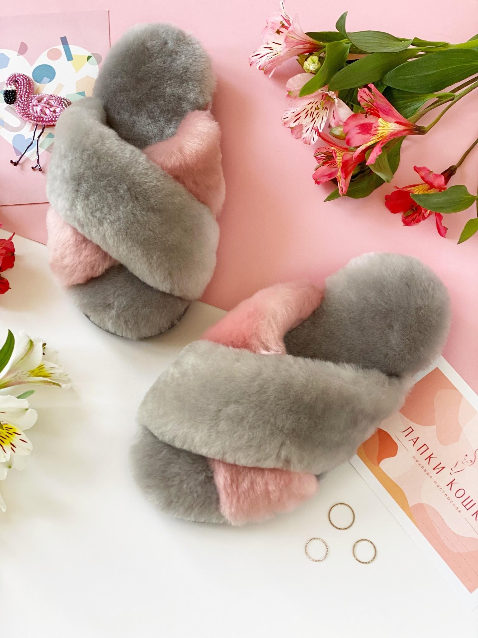 Меховые тапочки дымчатые с перекрестными шлейками контрастными (дымчатый+розовый) ( из наличия)
