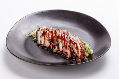 Сівід салат з вугрем, свіжим огірком та горіховим соусом/ Seaweed salad with eel, fresh cucumber and peanut sauce