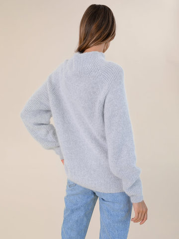 Женский свитер светло-серого цвета из ангоры - фото 4