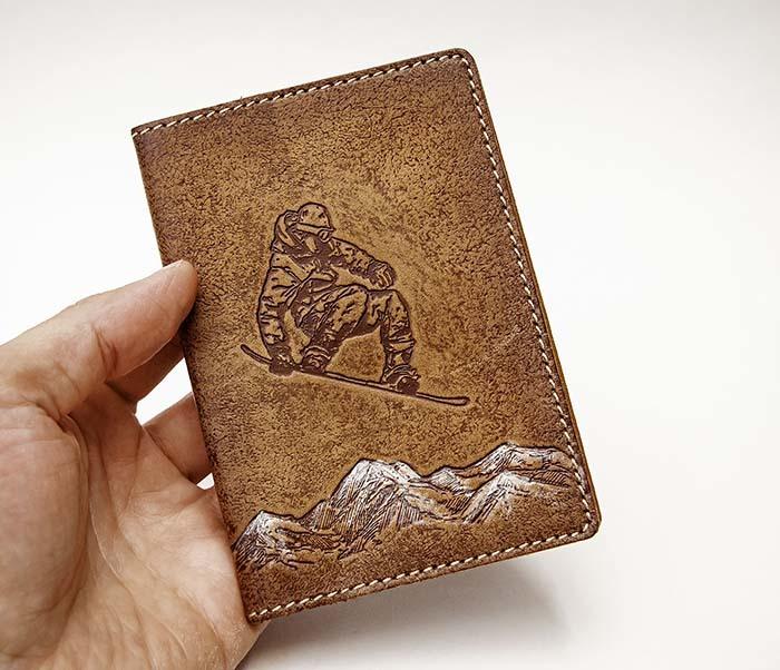 BY14-38-12 Кожаная обложка на паспорт со сноубордистом фото 04