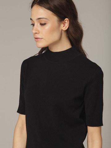 Черный джемпер из тонкого кашемира с коротким рукавом и стойкой - фото 2